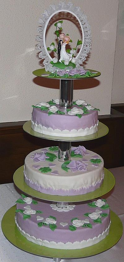 Hochzeitstorte Mit Weissen Rosen Und Lila Orchideen Auf 4 Etagen